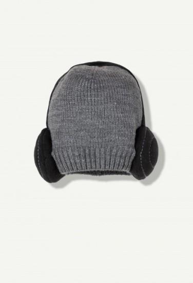 bonnet-gris-en-tricot-casque
